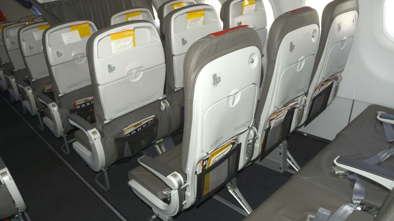 Desde hace unos meses Iberia ha equipado sus A320 con dos tipos de asientos. Unos para la clase business y otros para turista. Dependiendo de la posición de la cortina de separación, algunos de los de business pueden ser de turista.