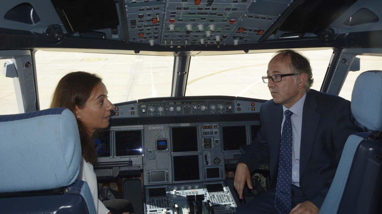 Luis Gallego mostró el cockpit del A320neo a la alcaldesa Sara Hernández.