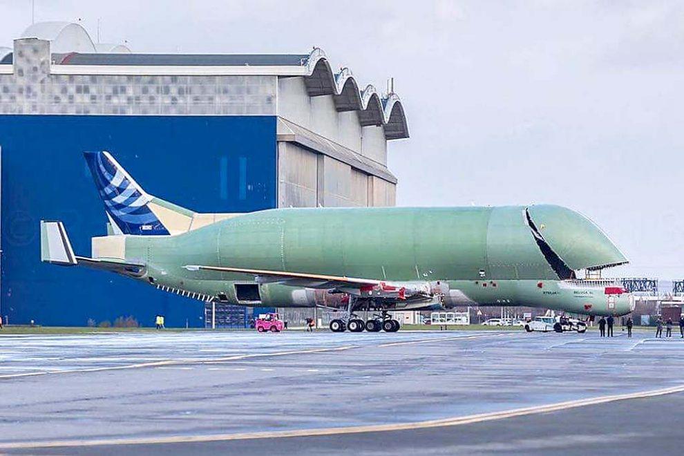 El primer Beluga XL al aire libre en Toulouse una vez terminadas las tareas de montaje estructural de todos sus componentes.
