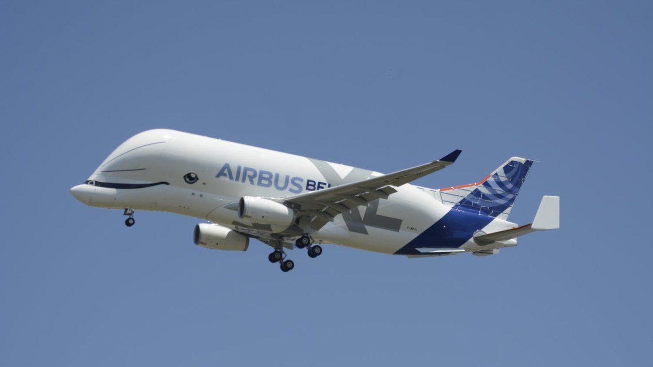 Tras completar las pruebas en vuelo, la tripulación del Beluga XL hizo una pasada sobre la pista de Toulouse.