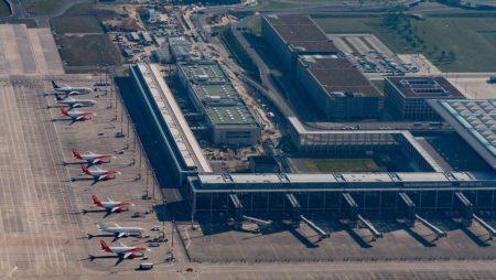 Terminal del nuevo aeropuerto Berlín Brandemburgo con aviones  almacenados por la crisis del COVID-19.