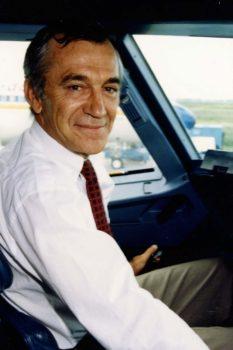 Bernard Ziegler en la cabina de un A320.