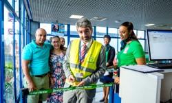 Raúl Zapico, director de Binter Cabo Verde corta la cinta inaugural en el primer vuelo de la aerolínea.