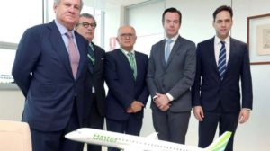 Pedro Agustín del Castillo (primero por la izquierda) y Rodolfo Núñez (al centro) en una imagen con directivos de Embraer con motivo de la compra de aviones Embraer E195-E2.