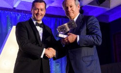 Pedro Agustin del Castillo, presidente de Bintger recibe el premio a mejor aerolínea de la ERA de manos de Patick de Castelbajac, presidente de ATR.