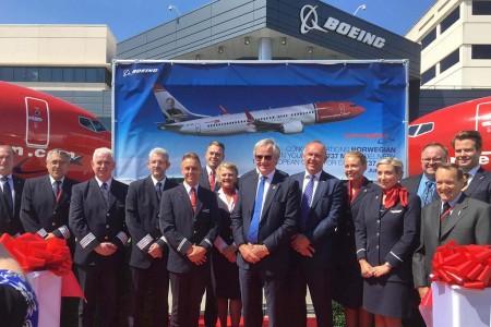 Bjørn Kjos al centro, con las tripulaciones de los dos primeros B-737 MAX de Norwegian durante la celebración de la entrega en Renton.