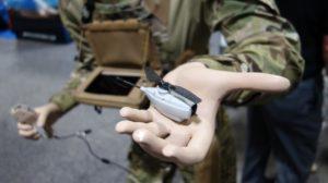 El Blackhornet es un micro UAV qe se controla desde una pequeña consola.