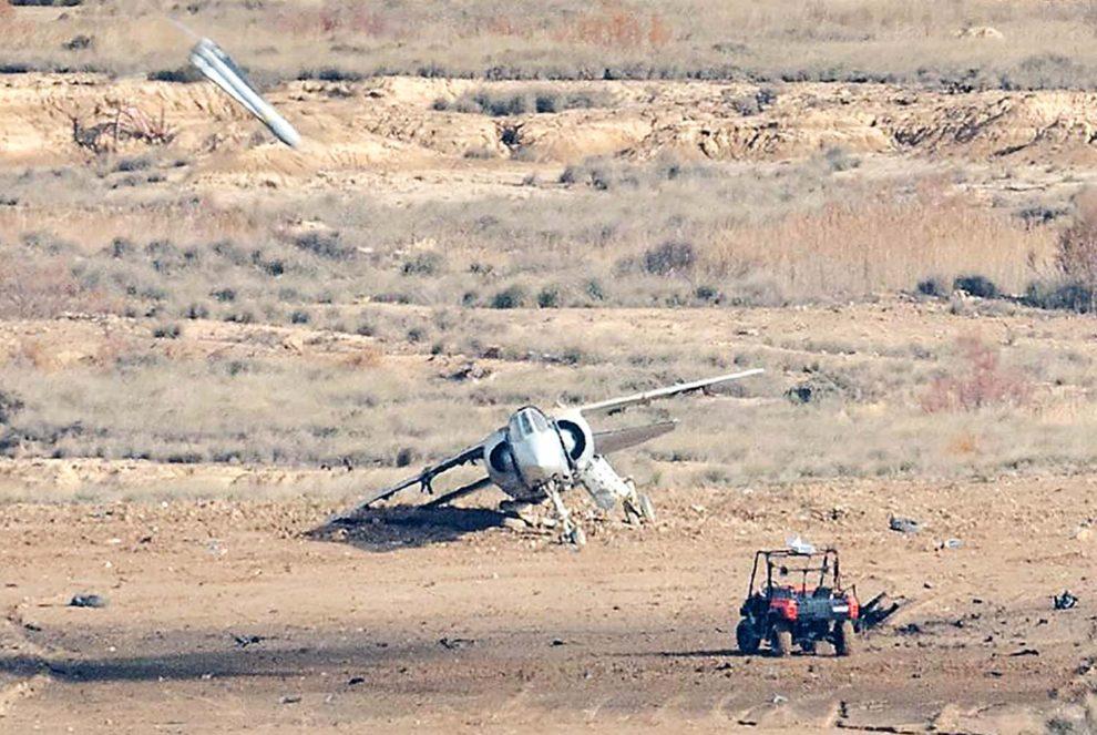 Uno de los blancos RSS-1 junto a uno de los MIrage F.1 en el polígono de Bardenas Reales instantes antes de ser alcanzado por un misil Maverick: