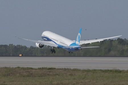 Despegue del Boeing 787-10 en su primer vuelo.