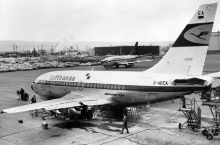Los dos primeros Boeing 737-100 en la factoría de Boeing durante las pruebas iniciales del modelo.