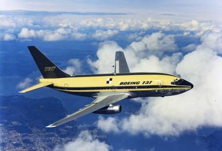 El prototipo del Boeing 737 con sus colores originales durante uno de sus primeros vuelos.