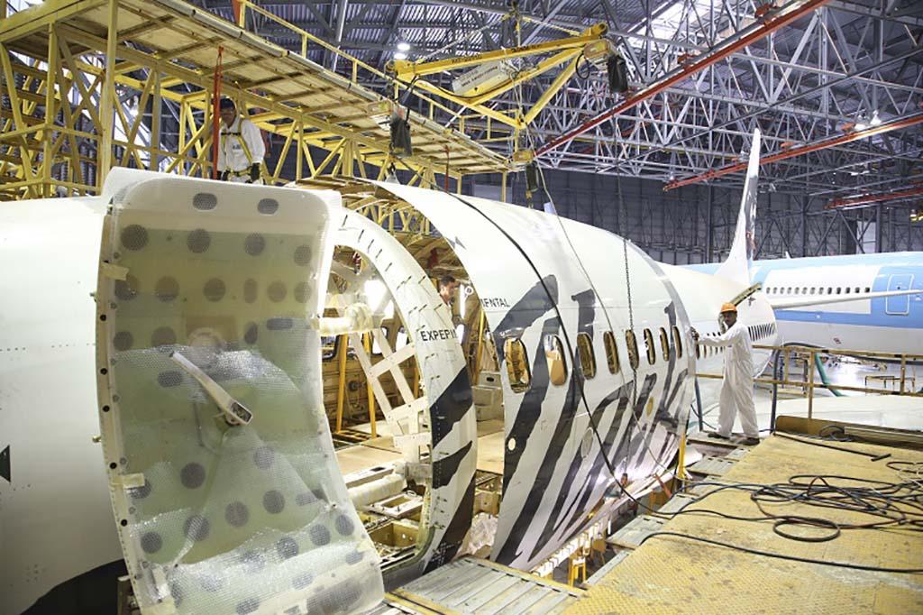 Retirada de la sección del fuselaje en que va la nueva puerta de carga durante los trabajos de conversión a carguero del primer B-737-700 por parte de IAI.