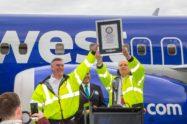 Kevin McAllister, presidente y consejero delegado de Boeing Commercial Airplanes,y Scott Campbell, vice presidente y director general del programa 737 muestran el certificado de Guinness World Records que señala al Boeing 737 como el reactor comercial del que se han construido más aviones.