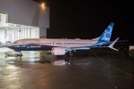 El primer Boeing 737 MAX 8 a la salida del hangar de pintura en la factoría de Renton.