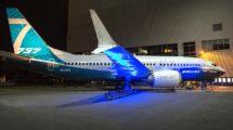 El primer Boeing 737 MAX 7 a las puertas del hangar de montaje en Renton.