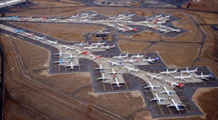 Boeing 737 MAX almacenados en el aeropuerto de Moses Lake, entre ellos uno de los de Air Europa (al centro de la rodadura superior).