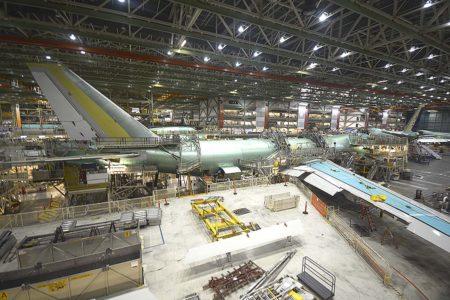 El B-747 se construye integramente bajo un solo techo. Las secciones del fuselaje se montan y después se unen con alas y superficies de cola.