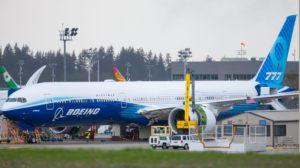 Trabajos sobre uno de los motores GE9X en el primer Boeing 777X.