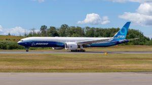 El primer Boeing 777-9 durante una prueba de rodaje por la pista de Paine Field previa a su primer vuelo.