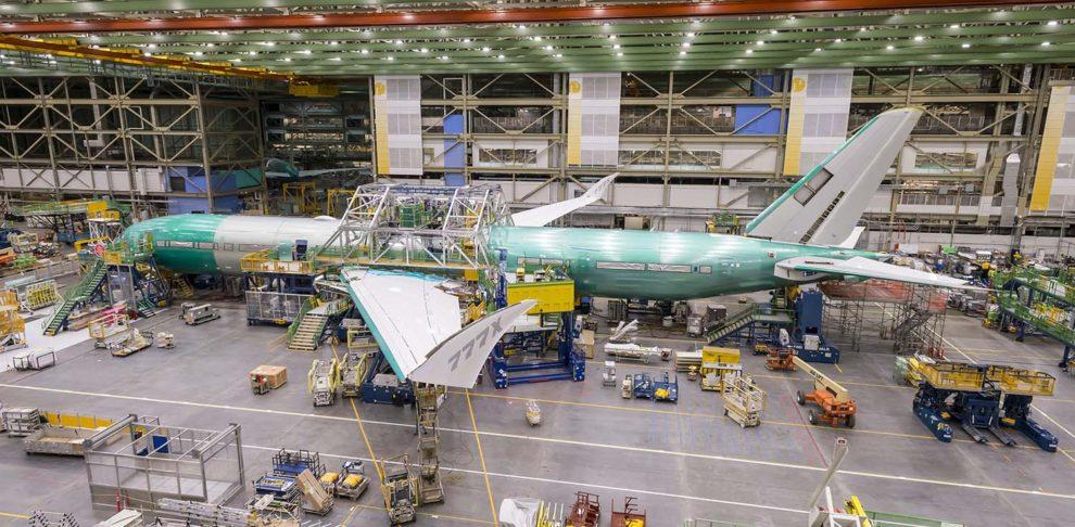 El primer Boeing 777X que volará termina de tomar forma en la cadena de montaje de Boeing.