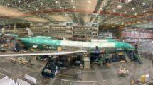 La célula estática del Boeing 777X poco antes de abandonar la cadena de montaje.