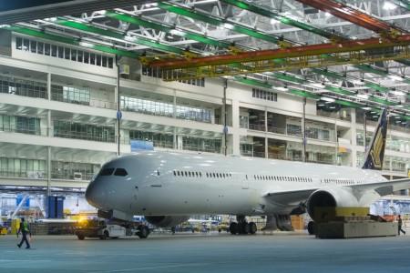 El primer Boeing 787-10 de Singapore Airlines remolcado para abandonar el hangar de montaje final.