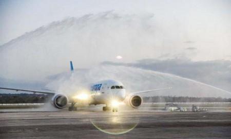 Arco de agua a la llegada del primer Boeing 787 de Air Europa a La Habana.