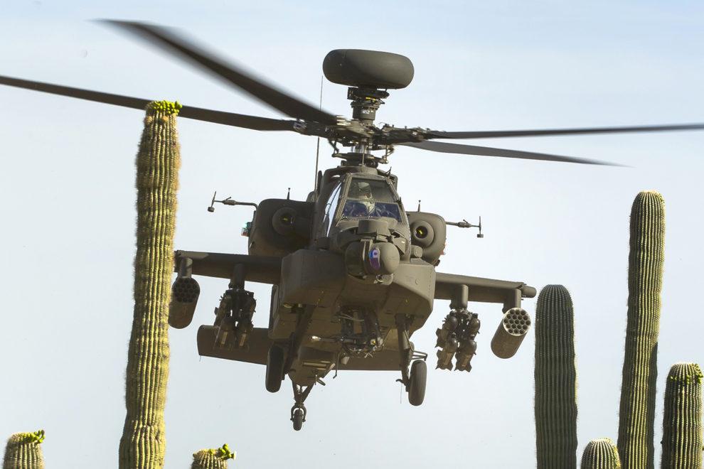 un Boeing AH-64E durante un vueklo de pruebas cerca de la factoría en Mesa (Arizona).