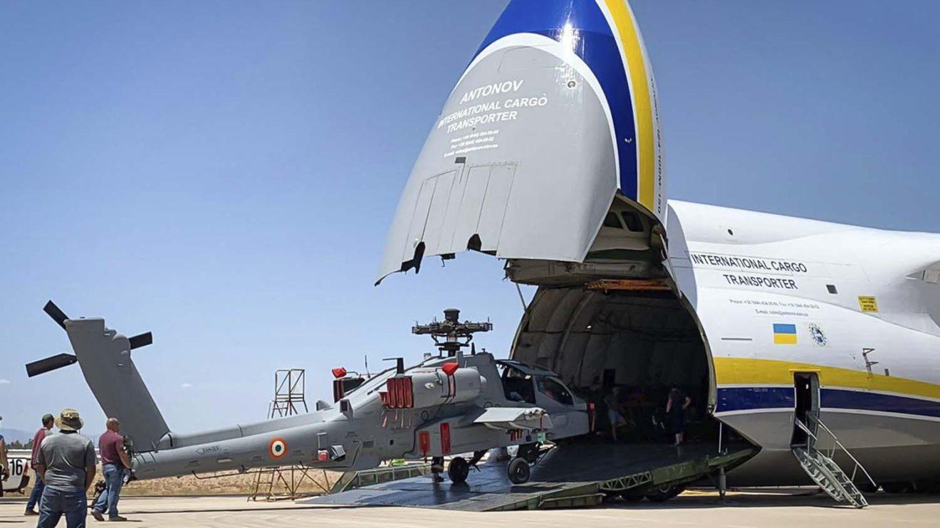El Antonov An-124 puede transportar hasta cinco AH´64 a la vez en su bodega,.