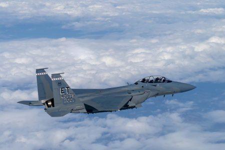 A los mandos del F-15EX en su vuelo de entrega estuvieron los tenientes coroneles Richard Turner, comandante del 40 Escuadrón de Pruebas en Vuelo y Jacob Lindaman, comandante del 85 Escuadrón de Pruebas y Evaluación.
