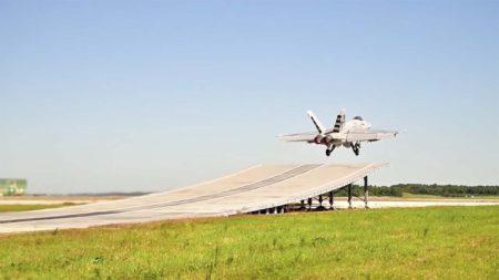 Prueba de despegue del F-18E usando un sky jump.