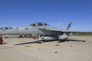 El Boeing F/A-18F usado en las pruebas con el IRST instalado bajo el fuselaje-