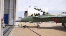 Salida de la cadena de montaje de un F/A-18F en la factoría de Boeing en St. Louis.