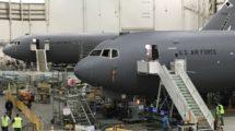 Dos KC-46A en las últimas fases de su producción en las instalaciones de Boeing.