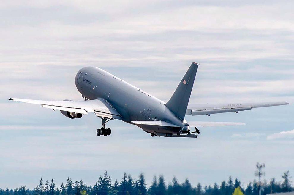 Despegue de uno de los KC-46 con los que Boeing eatá llevando a cabo el programa de pruebas y certificación del modelo antes de su entrada en servicio con la USAF.