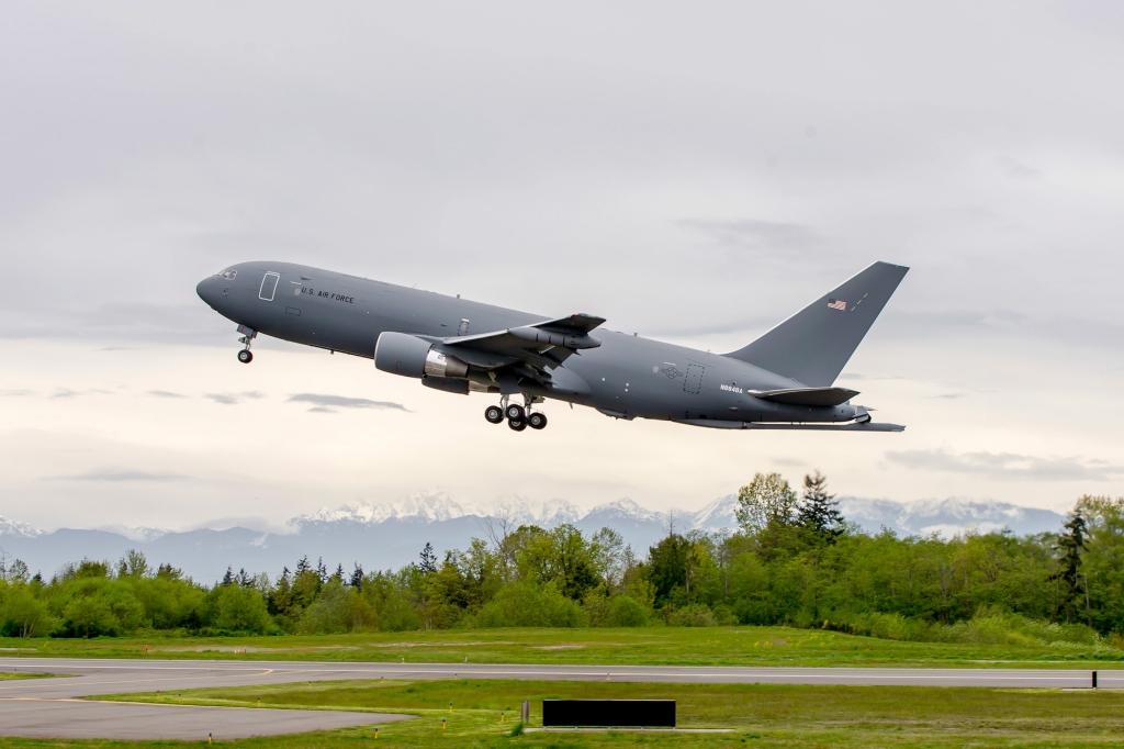 El sexto KC-46A en su primer vuelo desde la factoría de Boeing en Everett.
