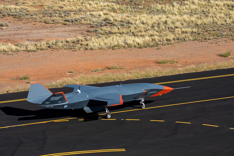 El Loyal Wingman, en una de sus últimas pruebas en tierra, ya con marcas de alta visibilidad para las de vuelo.