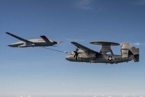 El Boeing MQ-25 repostando en vuelo al E-2D.