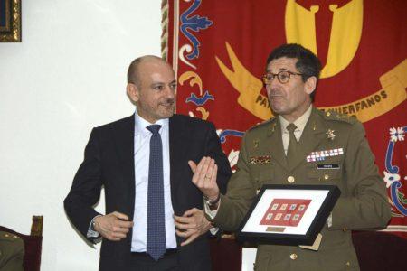 Antonio De Palmas de Boeing y el general Vicente Cuesta del PAHUET.