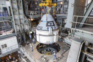 Colocación de la cápsula Boeing Starliner en el cohete Atlas V que la llevó al espacio por primera vez.