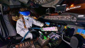 Desinfección de un cockpit con la lámapra de luz ultravioleta desarrollada por Boeing.