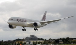 Espectacular demostración del Boeing 787 de Qatar Airways. Además, el primer aterrizaje se convierte en una toma y despegue.