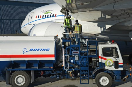Carga de biocombustible en el Boeing 787 ZA004.