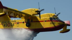 CL-415 del Grupo 43 descargando 6.000 litros de agua en menos de 12 segundos.
