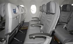 La clase turista del CSeries cuenta con filas de 5 asientos (2-3).