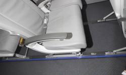 El CS100 presentado en Le Bourget lleva asientos de turista con diferentes separaciones: esta es la de 32 pulgadas (81 cm).