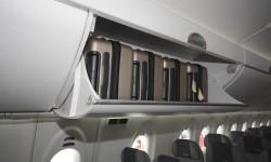 Los armarios del CSeries pueden albergar cuatro maletas cada uno.