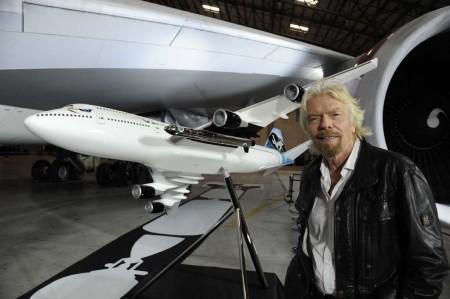 Richard Branson junto a una maqueta del Cosmic Girl y el auténtico Cosmic Girl en la presentación del proyecto.