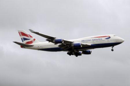 El Boeing 747-400 G-BYGC, todavía con los colores de British Airways, aterrizando en Heathrow.