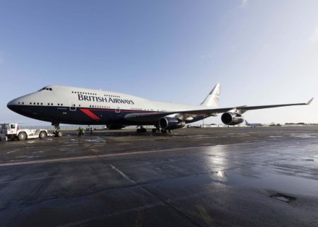 El tercero de los aviones retro de British Airways a su salida del hangar de pintura.